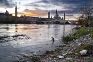 Na margem do rio Ebro, a Catedral del Pilar preside a cidade.