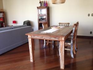 A mesa com os pés cerrados